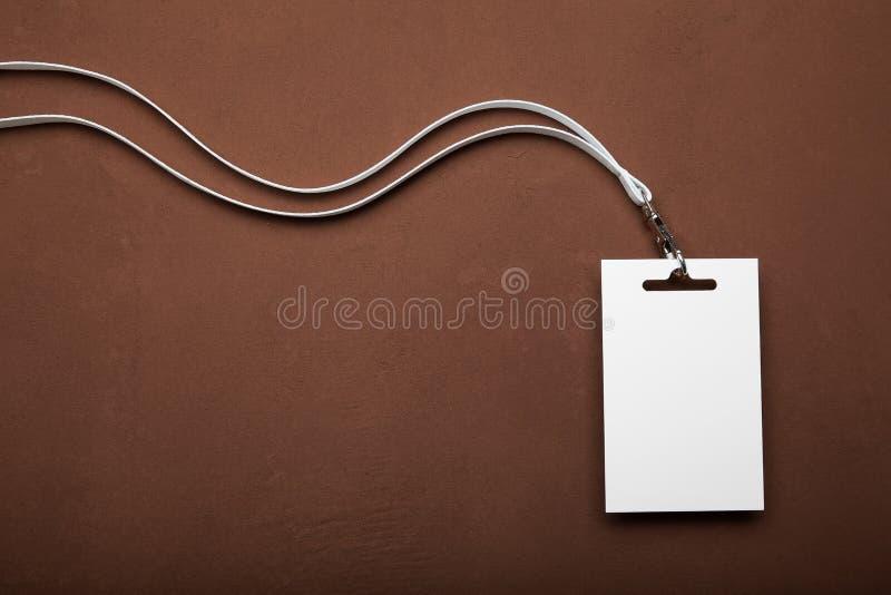 Leeg kenteken met een wit kant op een bruine achtergrond De ruimte van het exemplaar royalty-vrije stock afbeelding
