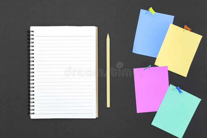 leeg kleurrijk document met speld en notitieboekje op bord royalty-vrije stock foto