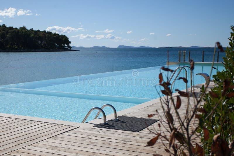 leeg luxe zwembad met overzeese mening royalty-vrije stock afbeeldingen