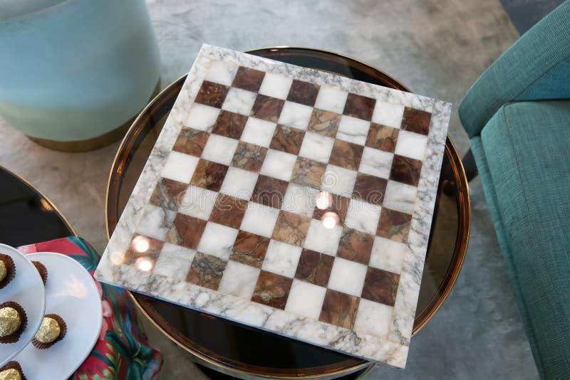 Leeg marmeren schaakbord op glaslijst royalty-vrije stock foto's