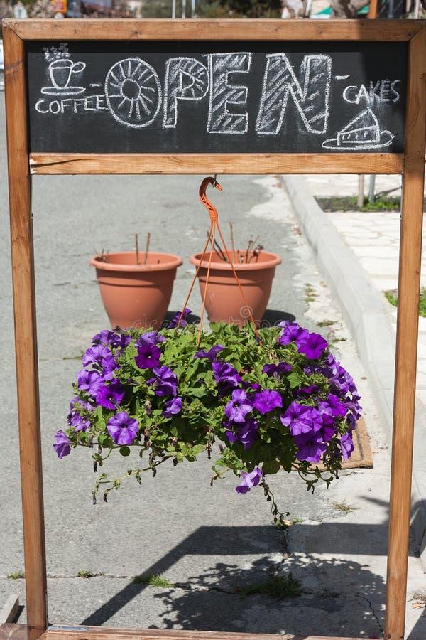 Leeg menubord op de straat met bloem stock fotografie