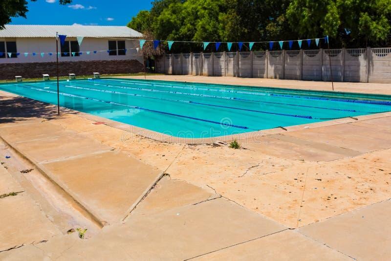 Leeg Middelbare school Zwembad royalty-vrije stock foto's