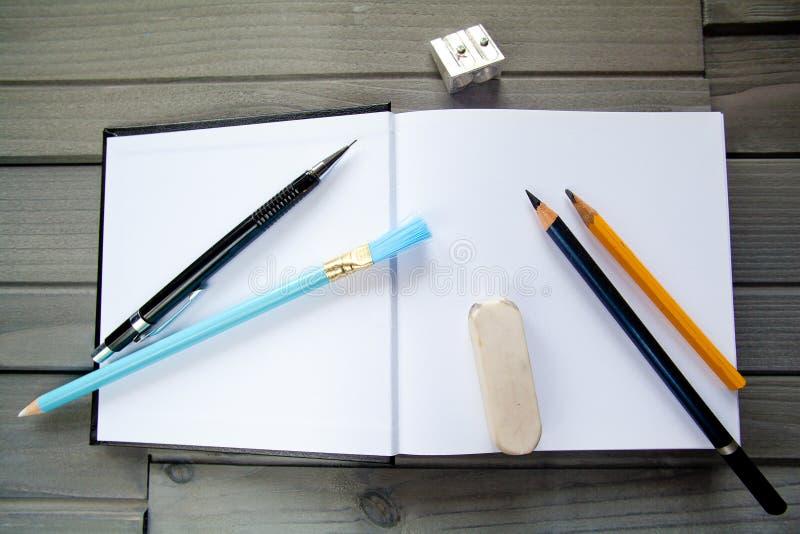 Leeg Modern Boekmalplaatje met potlood en hulpmiddelen royalty-vrije stock afbeelding