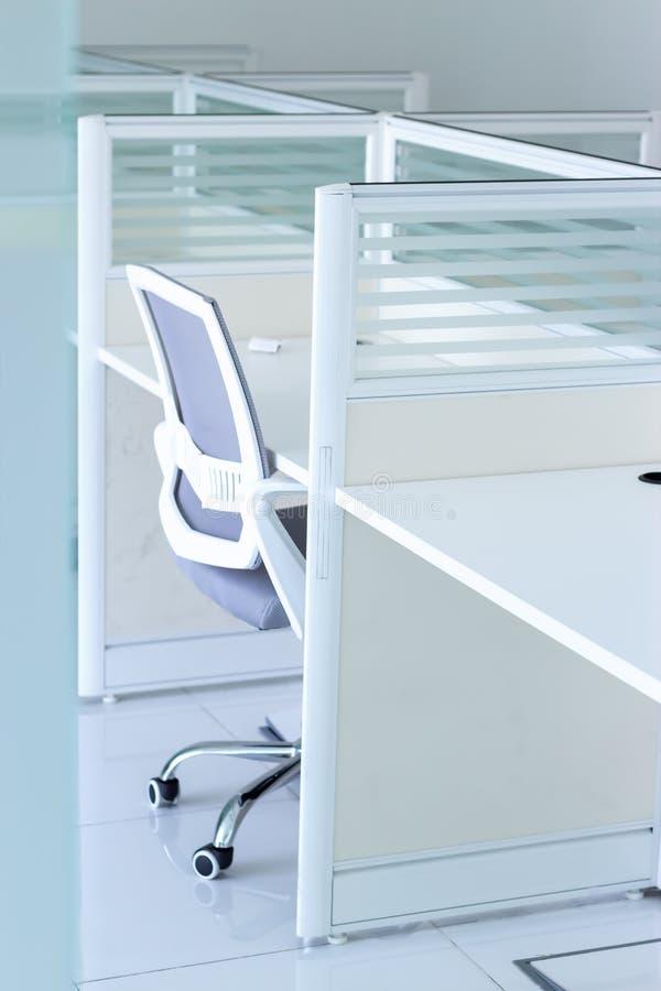 Leeg nieuw bureau met stoel en lijst in het bureau Zaken of het concept van het bureauwerk stock afbeelding