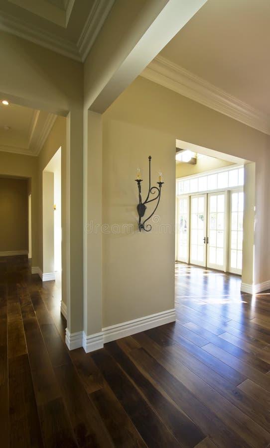 Leeg nieuw modern huis voor verkoop stock foto's