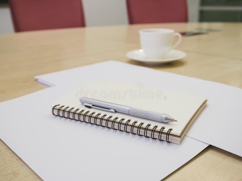Leeg notaboek met pen en koffie, Bedrijfsvergaderzaal royalty-vrije stock afbeelding
