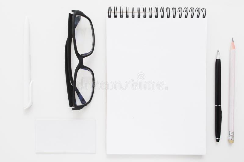 Leeg notitieboekje met kantoorbehoeften en glazenmodel royalty-vrije stock foto's