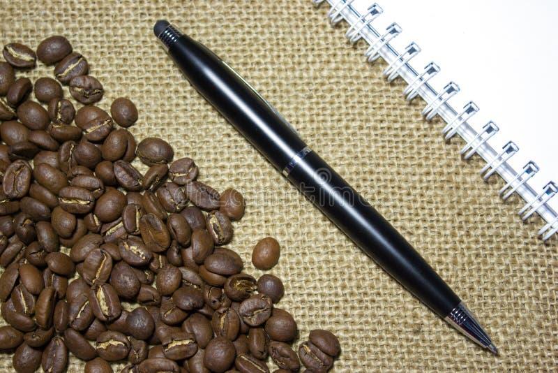 Leeg notitieboekje met zwarte pen royalty-vrije stock fotografie