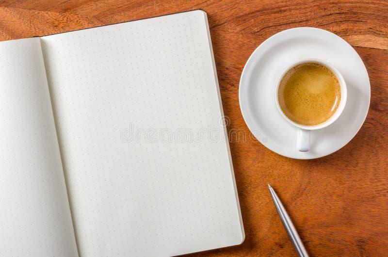 Leeg notitieboekje op een bureau stock afbeeldingen