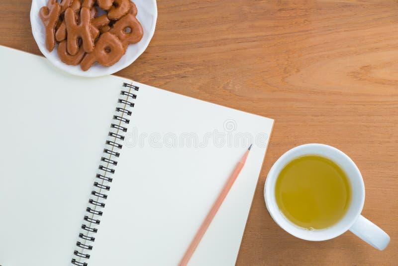 Leeg notitieboekje, potlood, drank, snack stock afbeelding