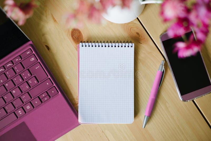 Leeg notitieboekjedocument met laptop en smartphone stock foto