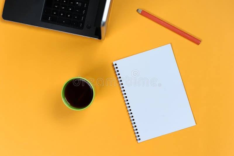 Leeg notitieboekjepagina, laptop, koffiekop en potlood Lege blocnote voor ideeën en inspiratie stock afbeeldingen
