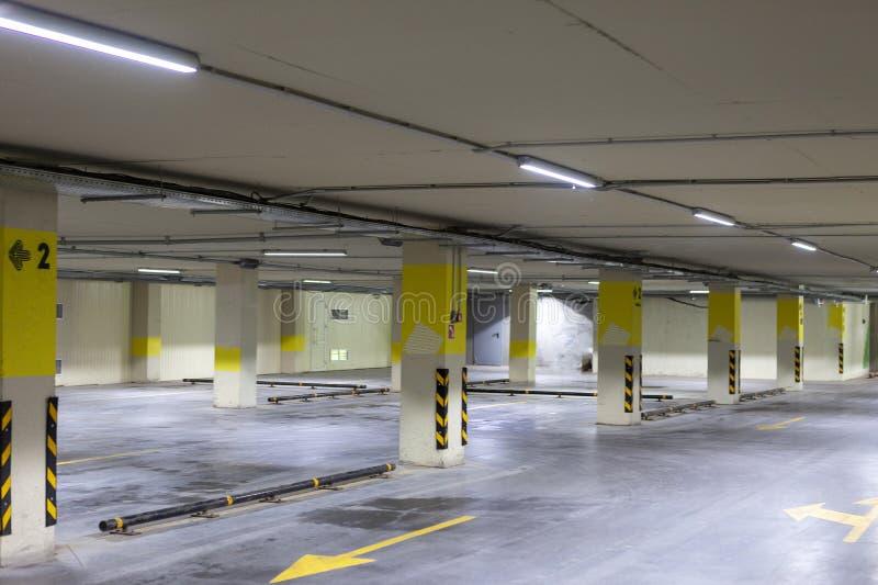 Leeg ondergronds parkeren Rijen zelfs met heldere noteringen stock foto's