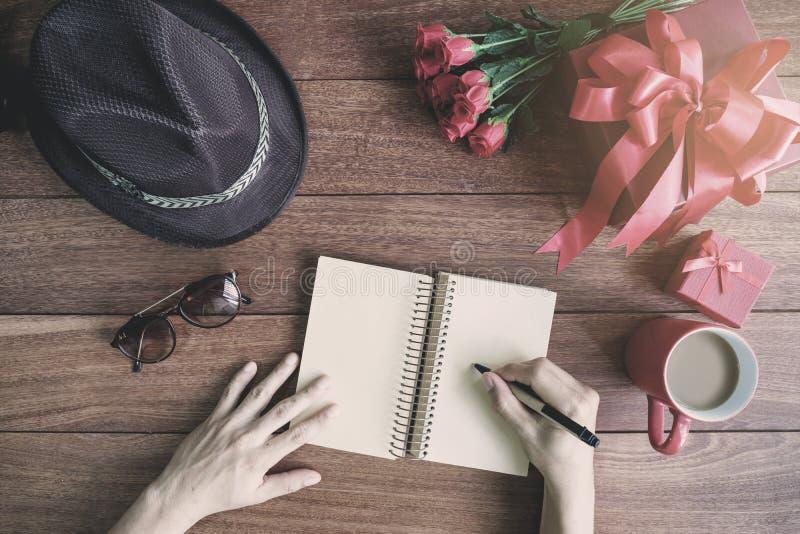 Leeg open notitieboekje met giftdoos en rode hartvorm royalty-vrije stock afbeelding