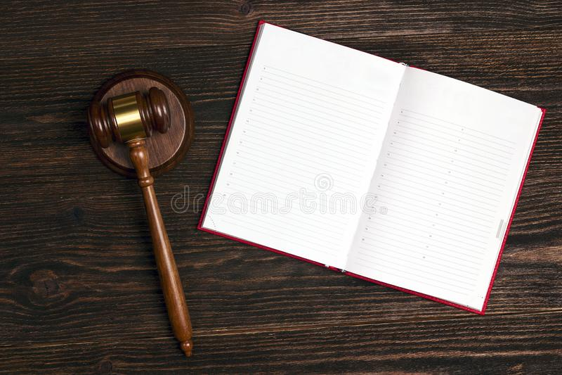 Leeg open notitieboekje met rechtershamer op houten lijst stock foto's