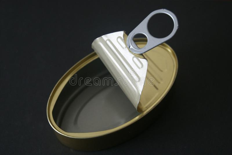Leeg open tinblik in zwarte royalty-vrije stock foto