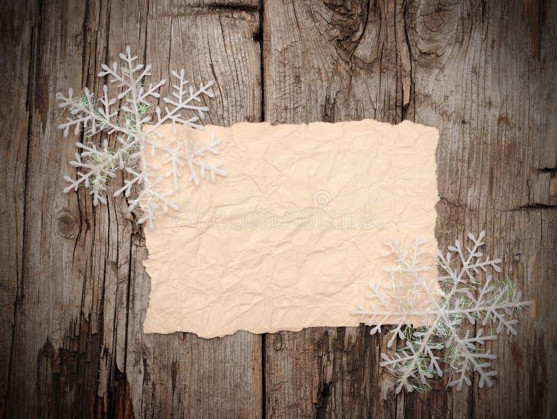 Leeg oud document blad met sneeuwvlokken stock foto's