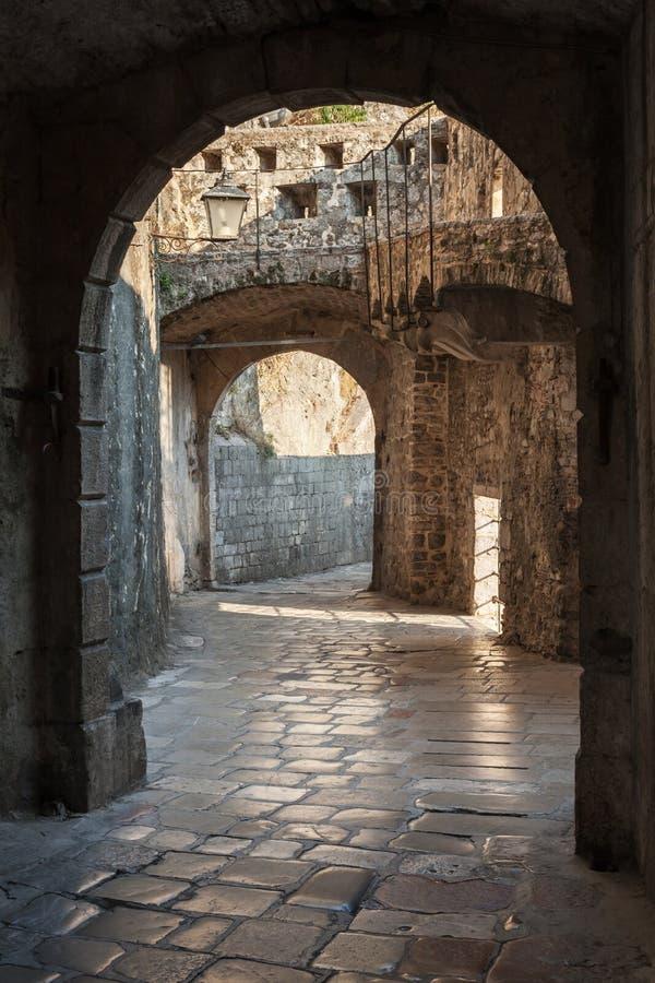Leeg oud straatfragment. Kotor, Montenegro stock foto's