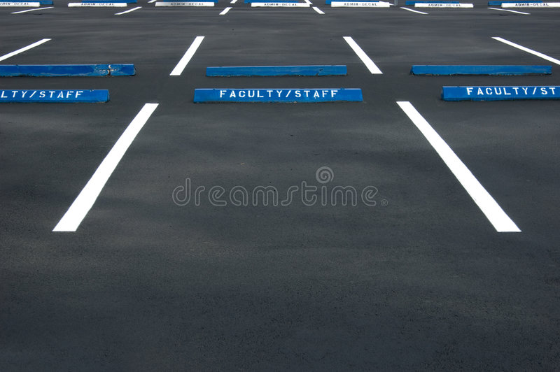 Leeg parkeerterrein stock fotografie