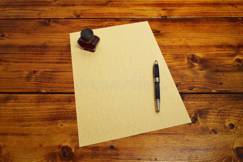 Leeg perkamentdocument met de vulpen en de inkt over het document stock afbeelding