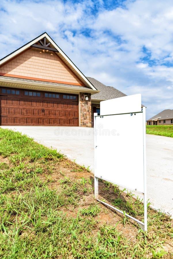 Leeg Real Estate-Teken voor Nieuwe Huisbouw stock fotografie