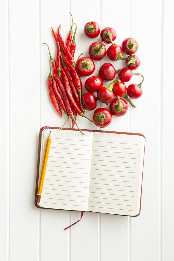 Leeg receptenboek en hete Spaanse peperpeper royalty-vrije stock afbeelding