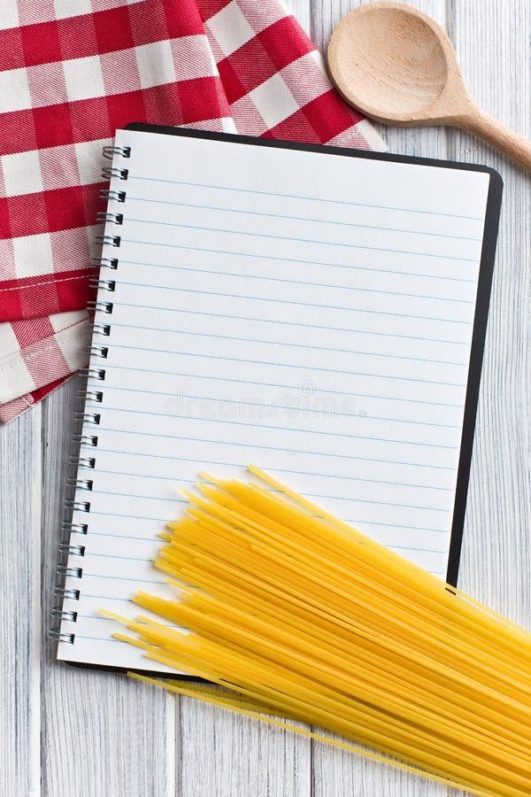 Leeg receptenboek met Italiaanse spaghetti royalty-vrije stock foto's