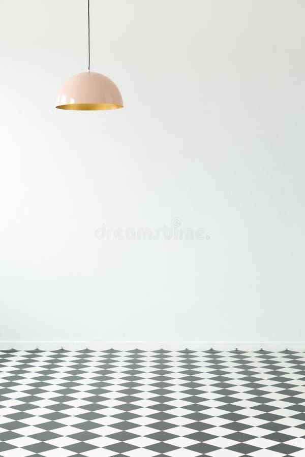 Leeg ruimtebinnenland met geruite vloer en pastelkleurlamp plaats stock afbeelding