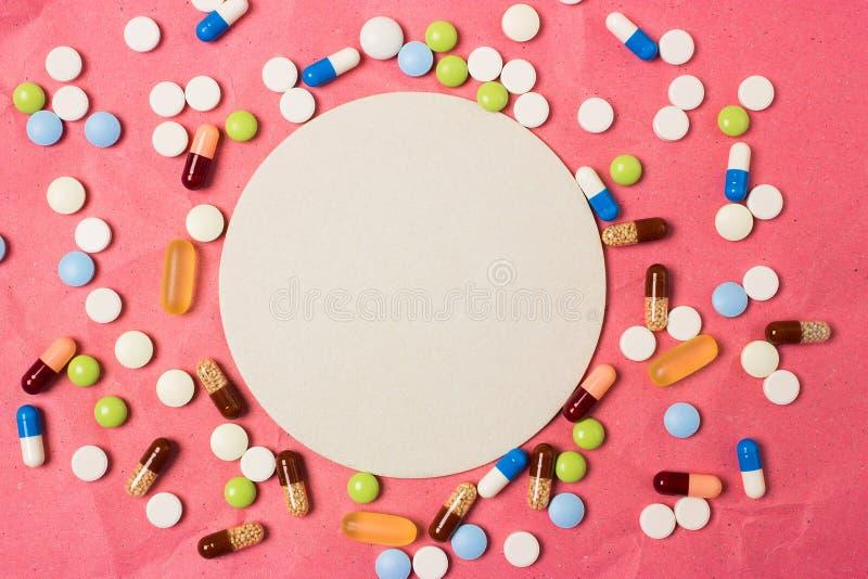 Leeg ruimtekader voor tekst met kleurenpillen, pillen en capsules royalty-vrije stock foto's
