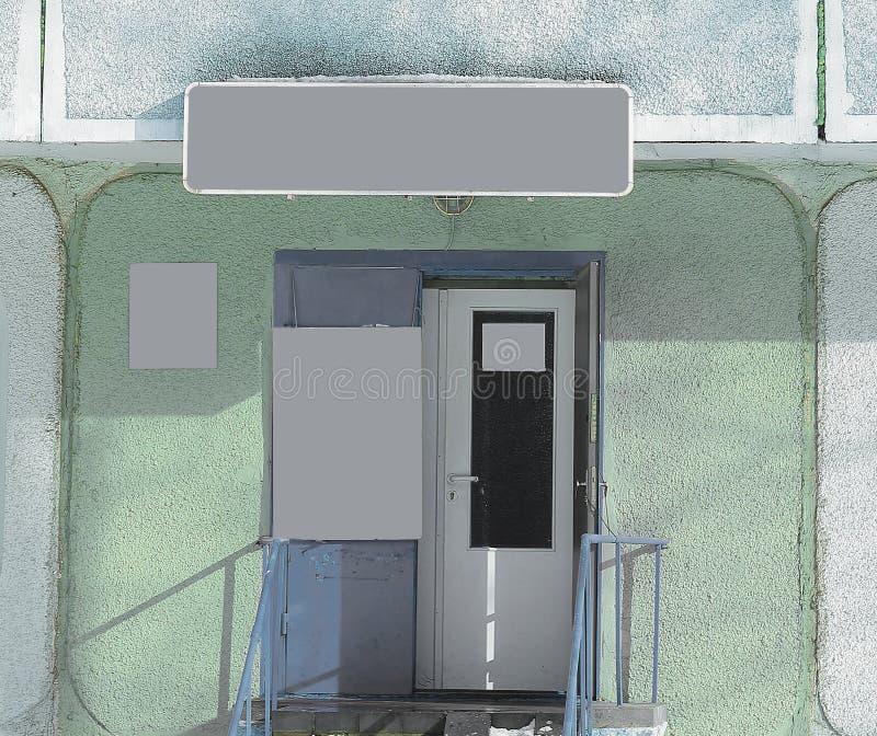 Leeg schild over de ingangsdeur aan de ingang Foto met exemplaarruimte royalty-vrije stock foto