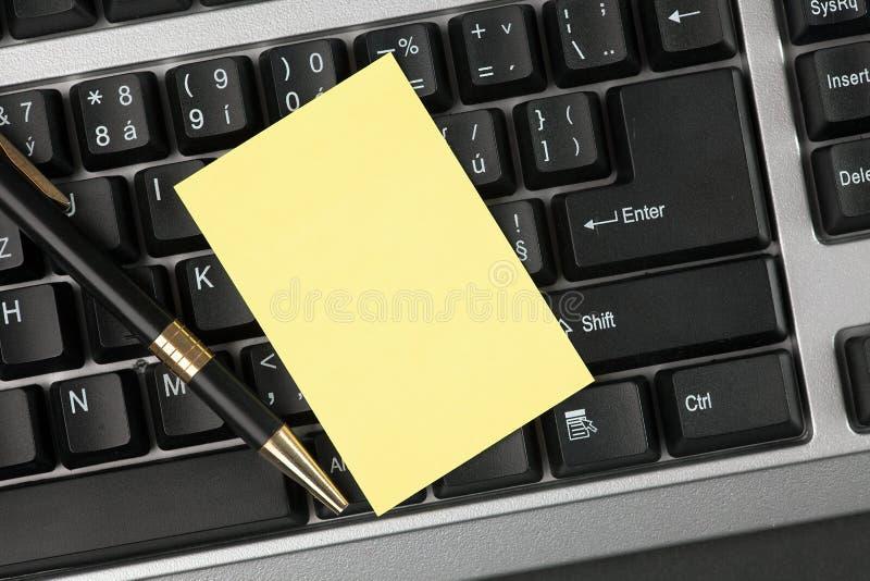 Leeg schrijfpapier op toetsenbord royalty-vrije stock afbeeldingen