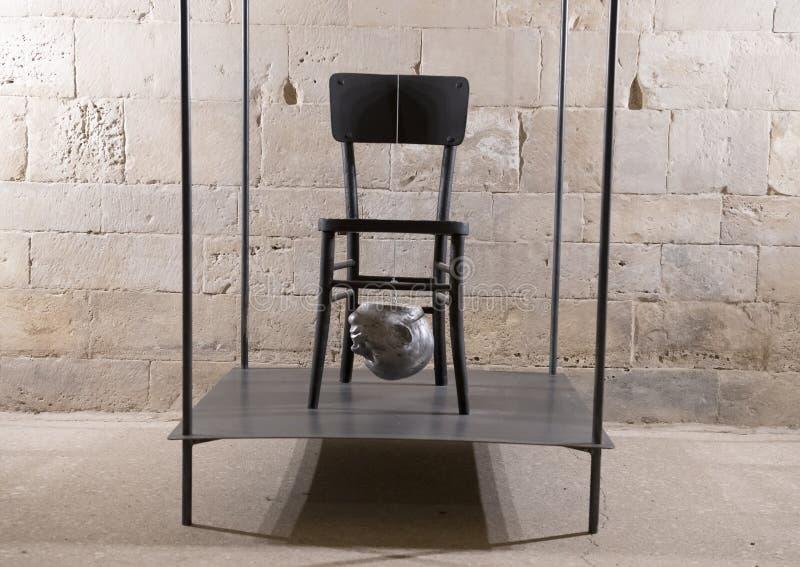 Leeg stoel en Hoofd door Nino Longobardi in een ruimte van Castel Del Monte royalty-vrije stock afbeeldingen
