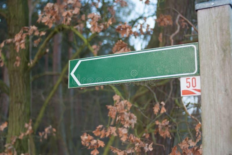 leeg straatteken tegen bos op bomenachtergrond duitsland royalty-vrije stock foto