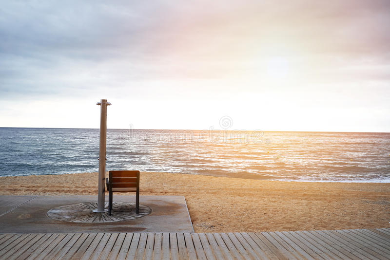 Leeg strand dichtbij overzees stock afbeeldingen