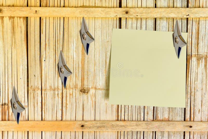 Leeg stuk van document in bijlage op een oude houten muur van het huisbamboe stock afbeelding