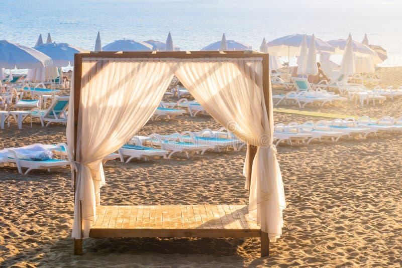 Leeg sunbed VIP het bedplaats van de cabineluifel voor zon om voor privacy terug te gaan stock fotografie