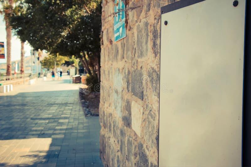 Leeg teken op oude bakstenen muur bij de Tiberias-promenade stock afbeeldingen