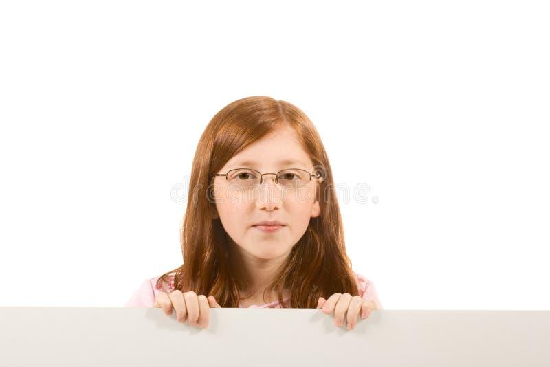 Leeg teken - rood hoofdmeisje in glazen (exemplaarruimte stock foto's