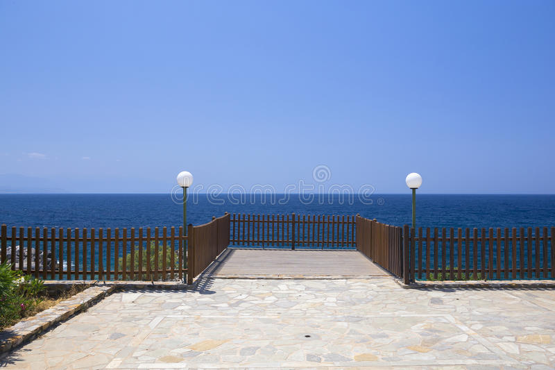 Leeg terras, blauwe overzees en blauwe hemel royalty-vrije stock foto's