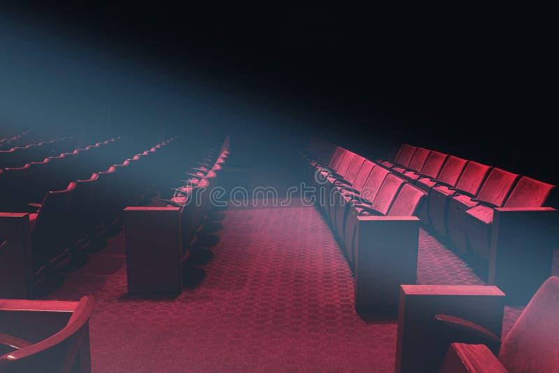 Leeg theaterauditorium of uitstekende bioskoop met rode zetels zonder mensen royalty-vrije stock foto's