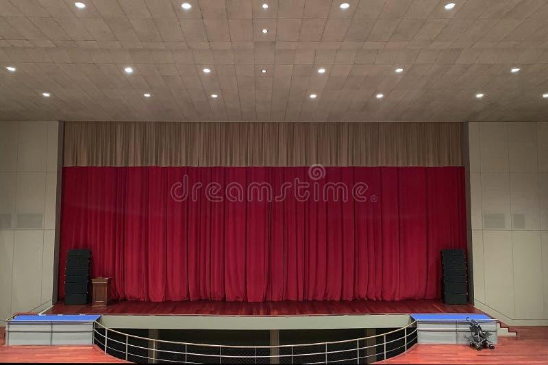 Leeg theaterstadium met rode gordijnen stock afbeelding