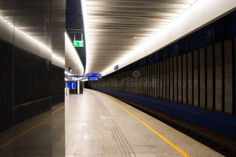Leeg treinplatform die zich weg in de afstand uitbreiden stock fotografie
