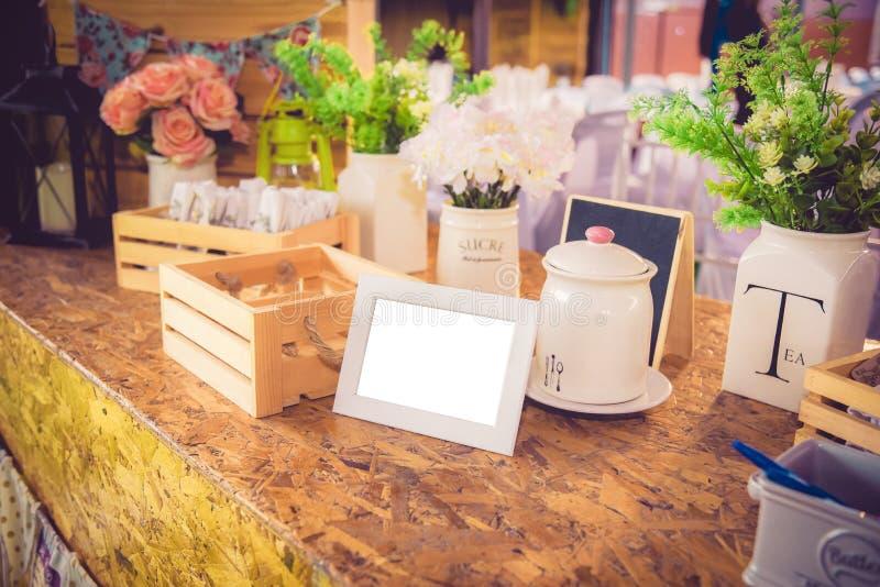Leeg uitstekend fotokader, bloem en Decoratie op houten backg royalty-vrije stock foto's