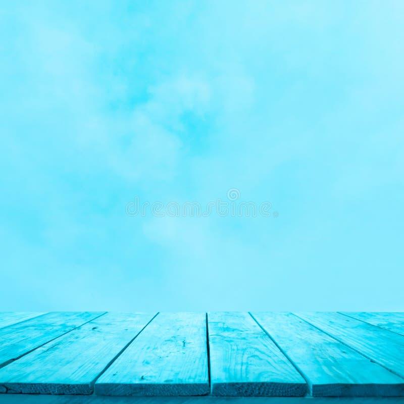 Leeg van blauwe houten lijstbovenkant op zachte hemelachtergrond Voor de keyvisual vertoning of het ontwerp van het monteringprod stock afbeelding