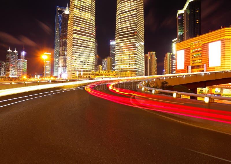 Leeg wegdek met de gebouwen van de lujiazuistad van Shanghai stock afbeelding