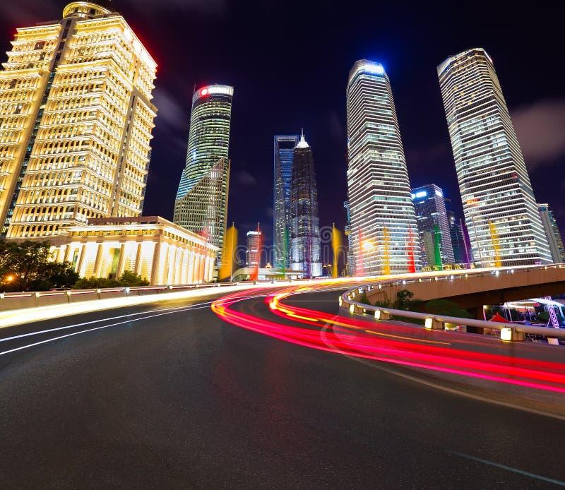 Leeg wegdek met de gebouwen van de lujiazuistad van Shanghai royalty-vrije stock fotografie