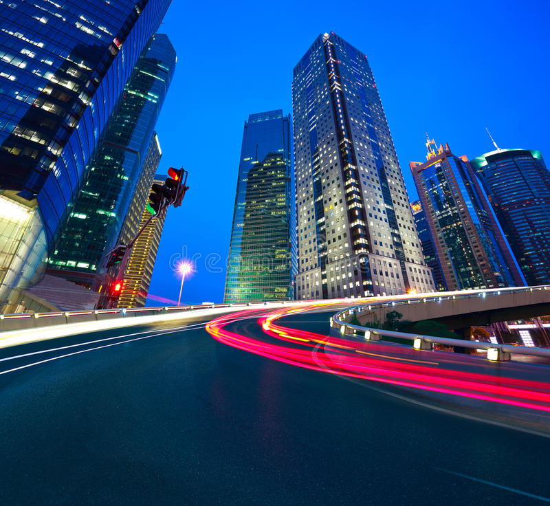 Leeg wegdek met de gebouwen van de lujiazuistad van Shanghai royalty-vrije stock afbeelding