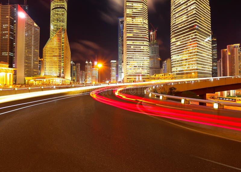 Leeg wegdek met de gebouwen van de lujiazuistad van Shanghai stock fotografie