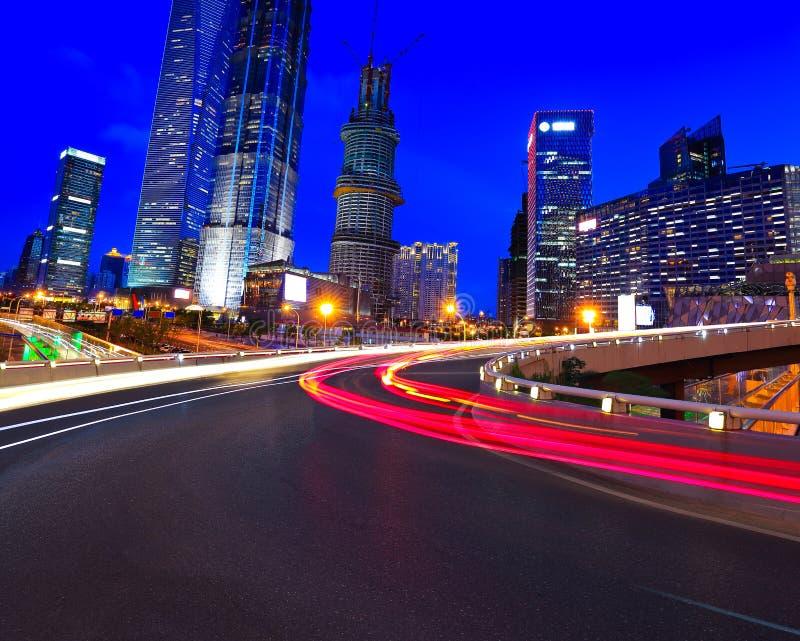 Leeg wegdek met de gebouwen van de lujiazuistad van Shanghai stock foto
