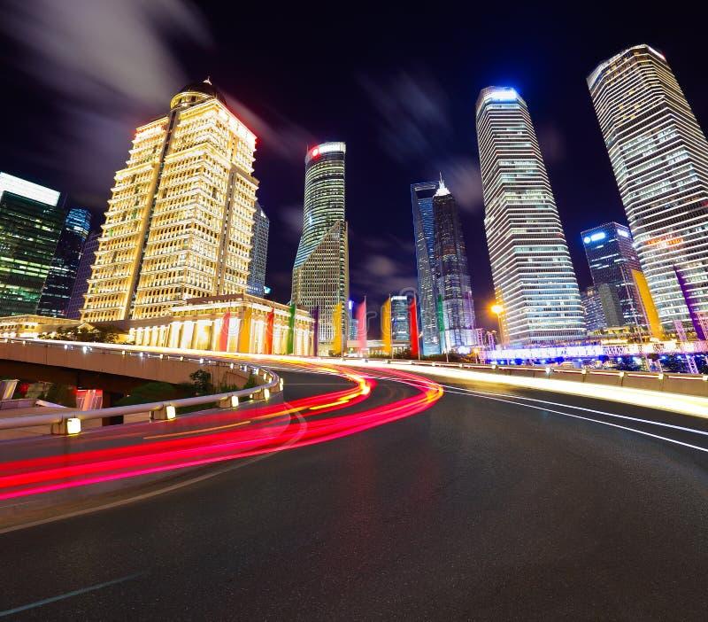 Leeg wegdek met de gebouwen van de lujiazuistad van Shanghai stock foto's